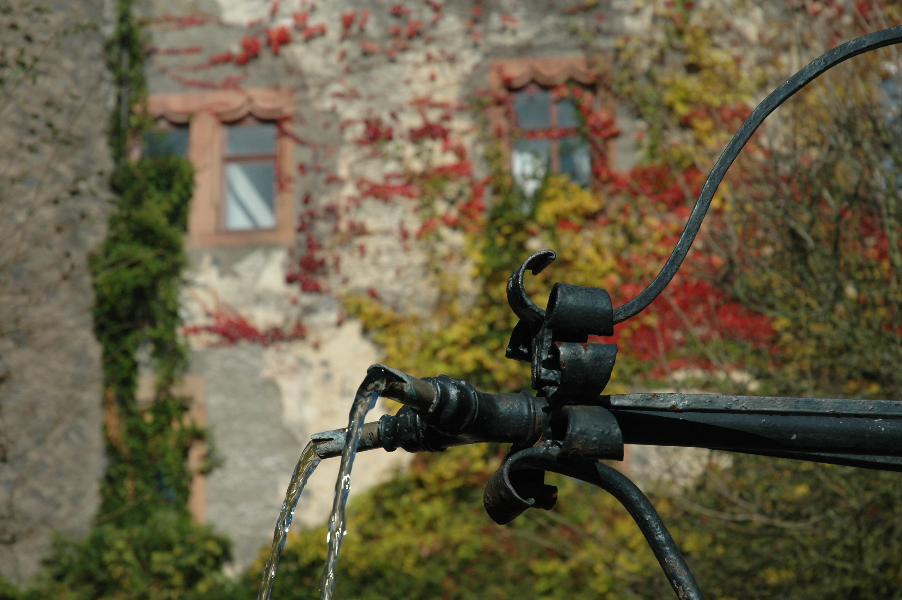 Brunnen auf dem Laubacher Schloßhof im Herbst
