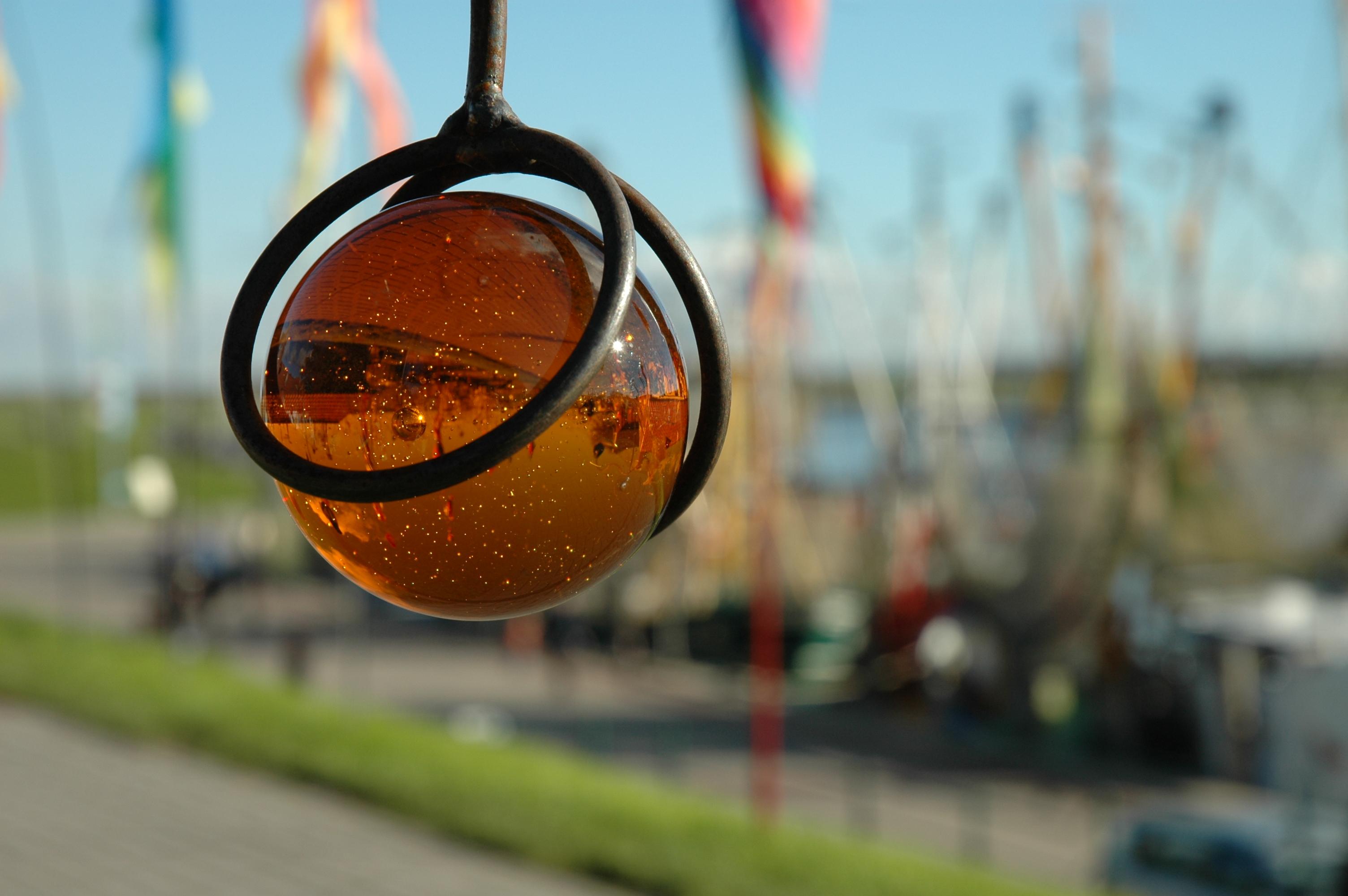 Glasperle im Hafen von Greetsiel